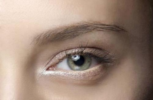 Белый карандаш для глаз: зачем нужен и как его использовать?