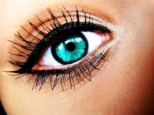 Макияж глаз для широко расставленных глаз. - Для создания эффекта широко расставленных глаз нарисуйте небольшое утолщение на внешнем уголке верхнего века.