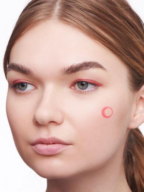 Красные стрелки на глазах. Огненное шоу: макияж с красными стрелками