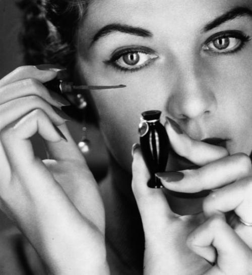 Тени скатываются на веках, что делать. 5 способов, которые позволят избежать ошибок в макияже глаз