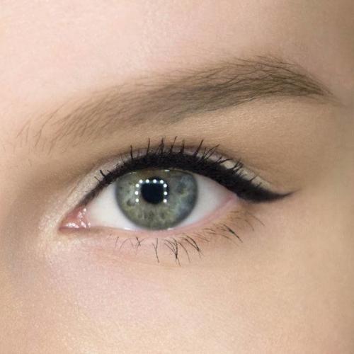 Нежный макияж со стрелками. Пошаговый макияж со стрелками и тенями