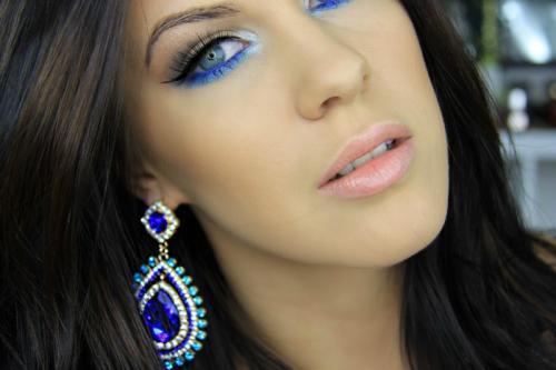 Макияж для карих глаз под синее платье. Главные особенности мейк-апа