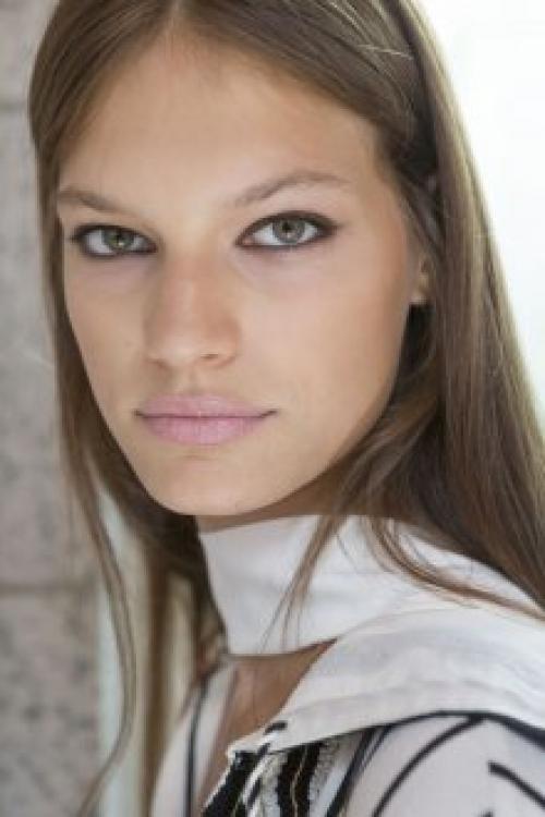 Нюдовый макияж для карих. Тени для глаз в нюдовом макияже Главной особенностью макияжа глаз в стиле нюд является использование теней естественных оттенков, которые гармонируют с цветом кожи. Производители косметики предлагают широкую гамму таких оттенков.