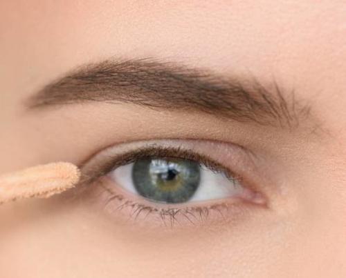 Как увеличить глаза подводкой. Классическое увеличение глаз с помощью макияжа: пошагово