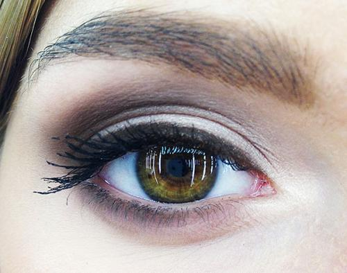 Как скрыть макияжем обвисшие веки. Дневной и вечерний макияж для нависшего века