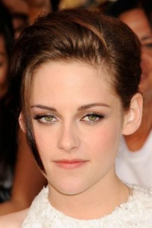 Макияж для темных волос и синих глаз. Тон и основа