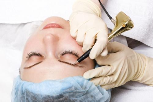 Можно ли делать перманентный макияж во время месячных. Как влияет менструация на заживление корочки