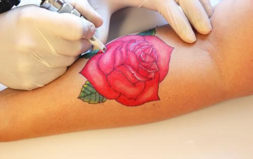 Можно ли делать татуировку во время месячных. Можно ли бить тату во время месячных: какие могут быть негативные последствия?