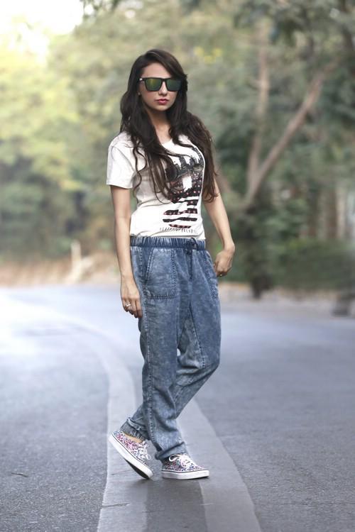 С чем носить джинсы джоггеры женские. Что собой представляют женские джинсы-джоггеры?