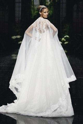 Такие свадебные накидки для невесты дизайнеры почти единогласно решили сделать дальнейшим продолжением платья: для всего полного комплекта используется