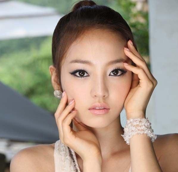 Многих девушек интересует вопрос: как сделать корейский макияж?