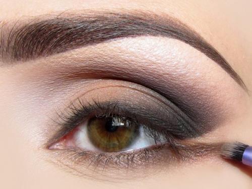 Как растушевывать стрелки на глазах. Растушеванная стрелка. Макияж глаз со стрелками всегда выглядит привлекательно.