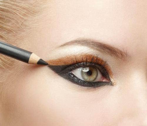 Как правильно растушевать карандаш для глаз?