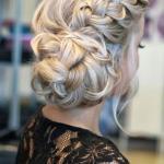 Прическа с элементами плетения сделает вашу голову аккуратной и при этом создаст романтичный образ.