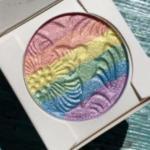 Радужный хайлайтер на скулах - наиболее распространенный вид данного макияжа.