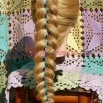 Коса из трех прядей с двумя лентами.