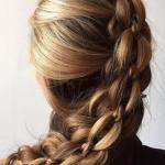 Роскошная коса сложного плетения - вот основа этой необычной прически, которая будет идеальна в качестве повседневной.