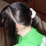 """Причёска """"Ободок"""". Мы отделяем волосы с лобной части головы для плетения."""