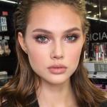 Нюдовый макияж часто сравнивают с техникой макияжа без макияжа.