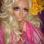 """На улицах английского города Брэдфорд можно встретить душераздирающее зрелище: """"живую куклу"""" с огромными глазами, облаченную в исключительно розовые одеяния - это Лураи Ли (Lhouraii Li) , увлекшаяся японской модой, единорогами и куклами Барби."""
